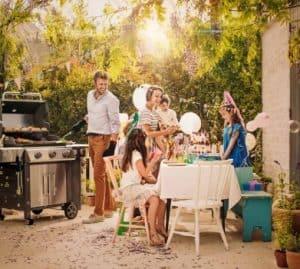 משפחה בחצר