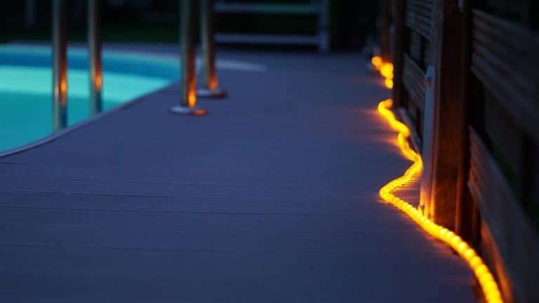 אורות זוהרים בבריכה