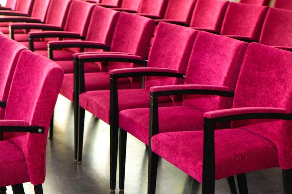 כיסאות בצבע וורוד